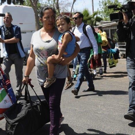 'CARAVAN' CROSSING? Migrant Group ARRIVES at US Border