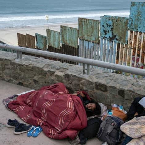 CARAVAN CRISIS: 'Hundreds' of Central American Migrants Reach US, Mattis Heads to Border
