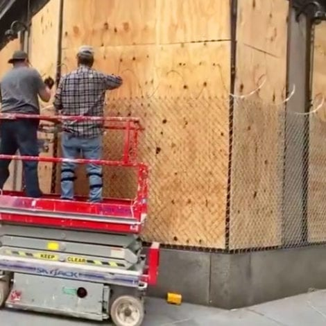 NYC SPIRALS: Stores Wrapped in Razor Wire, NYPD Remove 2,000 Trash Cans, Crowd Chants 'De Blasio Resign!'